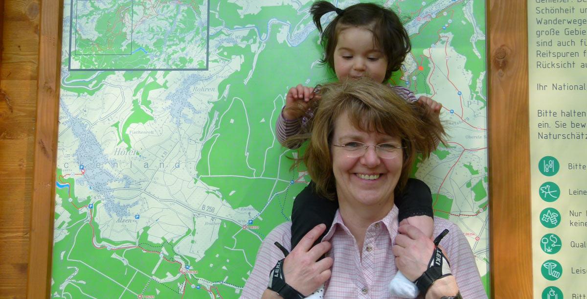 foto mit kind auf dem eifelsteig